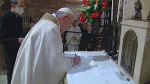 """Le Pape a signé l'encyclique """"Fratelli tutti"""" au terme de la messe célébrée  à Assise - Vatican News"""